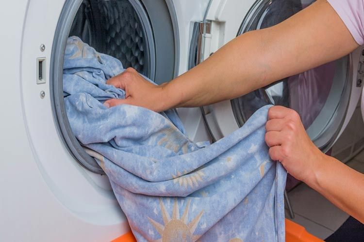 Tissus, frottés avec un mélange antimoisissures, dans la machine à laver, pour éliminer les moisissures